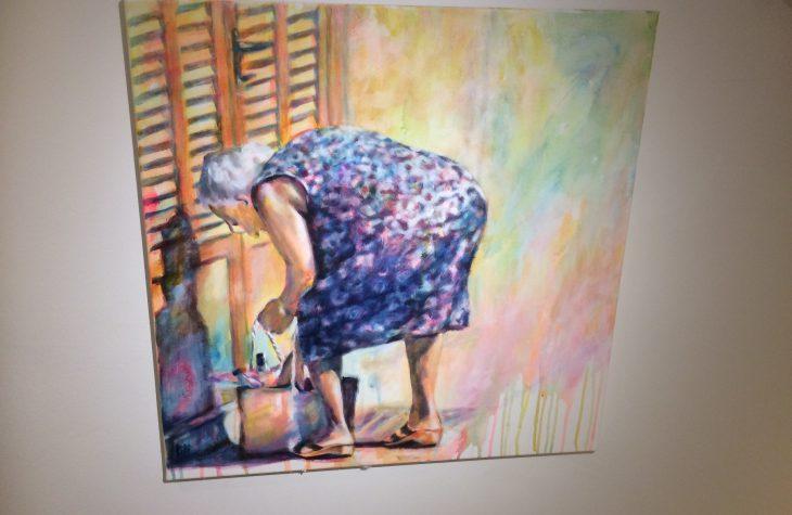 Alte Frau vor der Tür